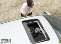这妞在车里换衣服竟然开着天窗,看的都是白花花的。不淡定了。。